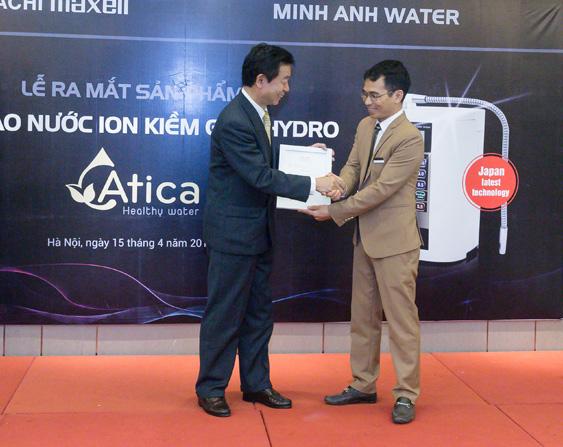 Mr Kamemoto Maxell Nhật Bản và Minh Anh water